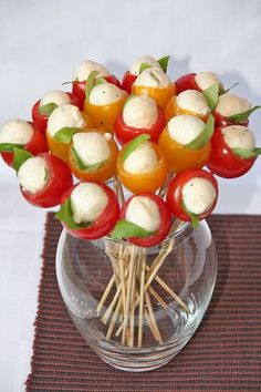 Mozzarella and basil stuffed cherry tomatoes, turned into a bouquet! Mozzarella and basil stuffed cherry tomatoes, turned into a bouquet! Appetizers For Party, Party Snacks, Appetizer Recipes, Tomato Appetizers, Dessert Recipes, Cooking Recipes, Healthy Recipes, Eat Healthy, Cooking Ideas
