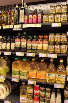 Concept 'verpakkingen' Foto: de flessen van 'Bertolli' zijn veel chiquer dan de grote flessen olie van het huismerk. Bovenaan links staan er ook chique flessen, die wel van het huismerk zijn, maar wel duurder zijn dan bv de flessen op hetzelfde schab van het huismerk (links van de olijven)
