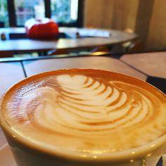 Buona Domenica dal #gorillemi #buongiorno #colazione #colazioniimportanti #gaeaulenti #isola #milanodavedere #posticiniamilano #latteart #cappuccino by cafegorille