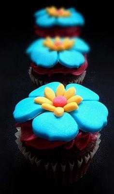 Tropical Party ~ Summery Hawaiian/Tropical Cupcakes via Simply Pics Tumblr