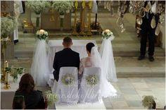 Biała dekoracja ślubna kościoła - biały dywan i gipsówka - opolskie