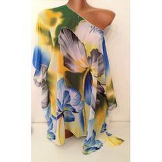 Kaftan copricostume in fantasia floreale nei colori del grigio, bianco, giallo, blu e verde.  Si può usare anche come semplice t-shirt da indossare su un jeans o un pantalone bianco.