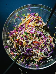 Simsple Seedy Slaw by cookieandkate: This healthy slaw recipe tastes amazing. It's made with a simple lemon dressing and features toasted sunflower and pumpkin seeds. Gluten free and vegan. Vegan Side Dishes, Side Dish Recipes, Food Dishes, Dinner Recipes, Healthy Coleslaw Recipes, Salad Recipes, Vegetarian Cabbage, Vegetarian Recipes, Beach Snacks