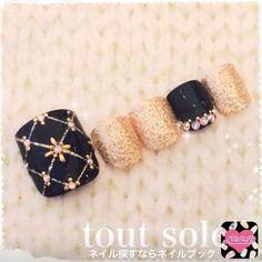 Black Gold Nails Nail art noir et doré. Le tout dans les étoiles - Pedicure Designs, Pedicure Nail Art, Toe Nail Designs, Toe Nail Art, Acrylic Nails, Nail Nail, Bling Nails, Glitter Nails, Black Gold Nails