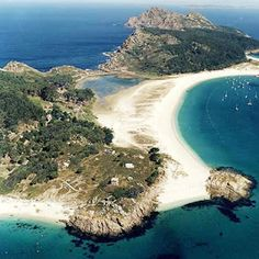 With so many white sand beaches, your problem will be to choose one of these. The Cies #Islands, the La Lanzada beach or the island of Ons. #Galicia #Spain www.granhotellatoja.com