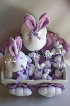 Souvenirs conejos presentado en caja y central coneja lila
