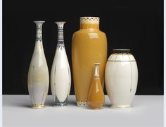 Ontwerp Chris van der Hoef [1875-1933], uitvoering Fayence- en Tegelfabriek Amphora [1907-1932] Vijftal vazen Oegstgeest circa 1910 grootste hoogte 27 cm geglazuurd aardewerk
