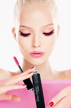 Achieve the perfect dramatic lash look with the Dior Addict It-Lash Volumizing Mascara.