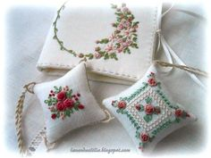 Lavender e Lilac: setembro 2014 Tambour Embroidery, Hardanger Embroidery, Machine Embroidery Patterns, Hand Embroidery Patterns, Embroidery Thread, Cross Stitch Embroidery, Cross Stitch Patterns, Lace Beadwork, Lavender Bags