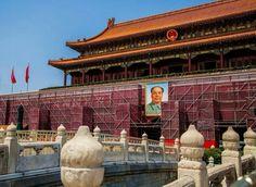 天安门 Tiananmen 前搭起脚手架和围挡,准备进行粉刷,迎接抗战胜利70周年纪念日,北京 Beijing China。为纪念中国抗日战争暨世界反法西斯战争胜利70周年,天安门广场将于9月3日举行阅兵式。摄影师:Liang Zheng