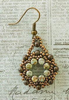 Linda's Crafty Inspirations: Evangelina Earrings - Arula Earrings with Pinch Beads Beadwork Designs, Beaded Jewelry Designs, Seed Bead Jewelry, Bead Jewellery, Seed Beads, Beaded Earrings Patterns, Bead Earrings, Beaded Bracelets, Tutorials
