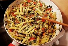 Vynikající těstovinový salát se špenátem Thing 1, Pasta Salad, Ethnic Recipes, Tropical, Food, Diet, Crab Pasta Salad, Essen, Meals