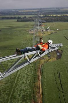 These spine chilling Linemen photos shows how much dangerous job is this. Journeymen works in harsh weather and tough situations to provide you electricity. Lineman Love, Power Lineman, Electrical Lineman, Electrical Wiring, Electrical Installation, Journeyman Lineman, Construction Worker, Construction Humor, Pics Art