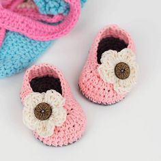 FREE PATTERN: Crochet Baby Booties With Flower – Croby Patterns