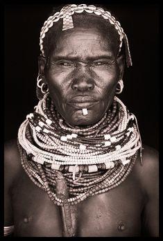 Solitary Dog Sculptor I: Photos - Fotos: John Kenny - Part 1 - Ethiopia - Omo Black and White - Links People Photography, Vintage Photography, Portrait Photography, Food Photography, Photography Gallery, Black And White Portraits, Black And White Photography, Black And White People, Black White