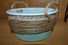 Envase de Plástico reciclado como cesto, decorado con decoupage y cuerda