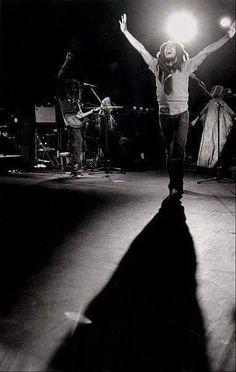 Bob Marley - If I could go back in time I would go to a Bob Marley Show. Bob Marley Legend, Reggae Bob Marley, Dancehall Reggae, Reggae Music, Bob Marley Pictures, Marley Family, Rasta Man, Jah Rastafari, Robert Nesta