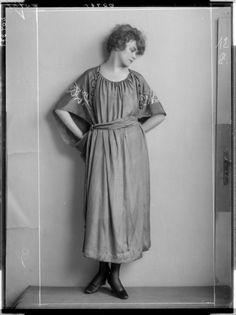 Description: Dame in einem langen Kleid, mit breiten Ärmeln Creator: Madame d'Ora, Atelier Date: 1921-02-08