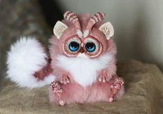 """Essas adoráveis criaturas são feitas manualmente pela artista russa auto didata de 23 anos,Santini. Seu trabalho traz bastante a lembrança dos bonecos do filme """"Gremlins"""", essa mistura…"""