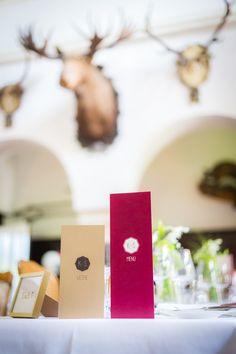 Menükarte, Weinkarte in Marsalarot und Kraftzpapier als Kombination auf der Hochzeit