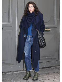 【ELLE】「ユニクロ」愛用パリジェンヌが魅せる、格上デニムルック|エル・オンライン Short Boots Outfit, Scarves, Raincoat, Normcore, Knitting, Jeans, Jackets, Outfits, Style