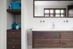 Badkamermeubel op maat met bijpassende kast in nis