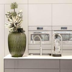 Großes Kino in der Küche mit schlichten Fronten und eleganten Amaturen  | creme berlin