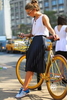 white tank top, black pleated midi skirt, white and blue low top sneakers, black leather shoulder bag - insp-fashion - Jupe Mode Outfits, Skirt Outfits, Casual Outfits, Fashion Outfits, Fashion Trends, Fashion Styles, Sneakers Fashion, Fasion, Fashion 2015