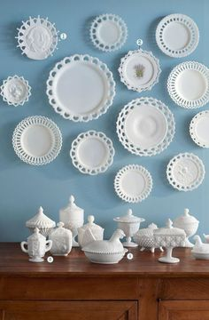 Antique Vintage Decor Unlike other tabletop collectibles such as Jadeite and Fiesta, actual milk glass dinnerware was never produced. Instead, the plates you see here were used as serving pieces or home deécor. - Got milk (glass)? Carnival Glass, Deco Baroque, Glass Texture, Deco Design, Design Design, Booth Design, House Design, Home And Deco, Glass Collection