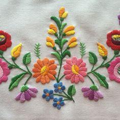 Maďarský ručne vyšívané kvetinové zásteru z oblasti Kalocsa Maďarska | eBay