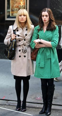 Love trench coats. Anne Hathaway and Kate Hudson Bride Wars <3