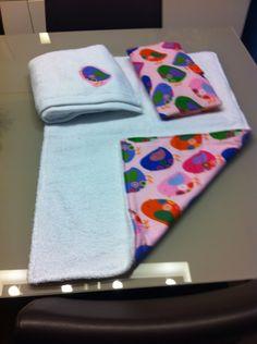 Cambiador, toalla de recambio y portapañales.