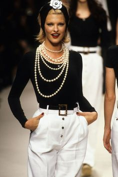 Chanel Spring 1995 Ready-to-Wear Fashion Show Collection: See the complete Chanel Spring 1995 Ready-to-Wear collection. Look 166 Fashion Week, 90s Fashion, Runway Fashion, Fashion Brands, High Fashion, Vintage Fashion, Fashion Outfits, Womens Fashion, Dress Fashion
