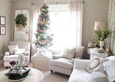 salón con sillones blancos y decoración navideña al estilo minimalista