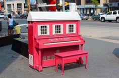 Artista do Reino Unido Luke Jerram tem embelezado pianos ao ar livre em todo o mundo para trazer a música para as ruas.