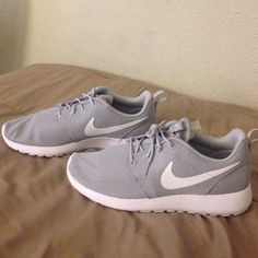 Nike roshe one men's ✔️Nikes Never worn with box in great condition✔️ Nike Shoes