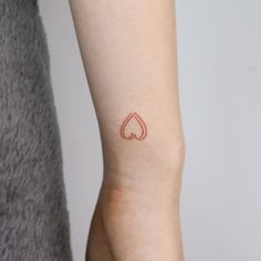Heart tattoo inspo by South Korean tattoo artist Click the link for more tattoos that represent love 💖 Love Heart Tattoo, Love Symbol Tattoos, Small Finger Tattoos, Small Heart Tattoos, Subtle Tattoos, Simplistic Tattoos, Dainty Tattoos, Heart Tattoo Designs, Pretty Tattoos