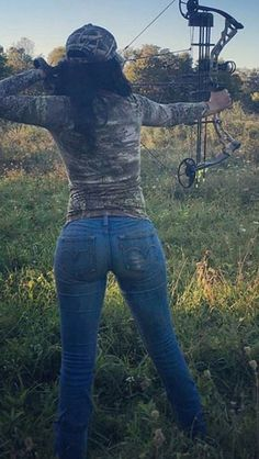 Bow hunting at it's best Bow Hunting Women, Hunting Girls, Hot Country Girls, Hot Girls, Archery Girl, Women's Archery, Archery Hunting, Deer Hunting, My Kind Of Woman