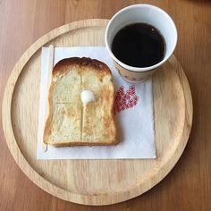 2017/02/18 09:54:30 yu.ri.ka.s ・ 朝ごはん。 この前のお休み、妹と家で食べるのを我慢して行ったmondで。 コーヒーと、とけるバター、その香り。 サクサクのトースト。噛みしめました。 ・ 近くのおいしいパン屋さんsuripuの食パンを バルミューダ の高性能トースターで焼いたトースト。 (行く前に、バルミューダ代表 寺尾さんの思いが 綴られたサイトを妹が見せてくれた。 とても簡単に買える値段じゃないけれど興味が…) ・ 昔から朝はパンとコーヒーだった私たち。 やはり朝の基本はトーストかも。 ・・ #上前津 #名古屋 #愛知 #カフェ #コーヒースタンド #mond #モーニング #オーガニック #コーヒー #トースト #バルミューダ #トースター #パン #suripu #休日の朝  妹も投稿してるけどいいや(笑)  I had #breakfast and #coffee with my younger sister at a  #cafe #coffeeshop #mond #nagoya #aichi #japan . This…