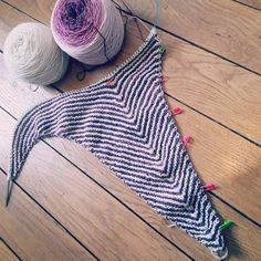 Début d'un petit test knit. Hyper relaxant comme tricot. Zéro prise de tête  Bon week-end à tous  // A few rows on a shawl I have the please of test knitting  Very relaxing knit  Have a lovely weekend everyone  #testknit #ambahobrien #madelinetosh #lafeefil #hiyahiya #tricot #knitting #shawlknitting by banbhaknits