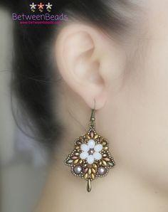Orecchini a fiore forma a campana bianco floreale di BetweenBeads