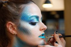 Looking for for inspiration for your Halloween make-up? Browse around this site for perfect Halloween makeup looks. Maquillage Halloween Simple, Maquillaje Halloween Tutorial, Cool Halloween Makeup, Mermaid Halloween Makeup, Halloween Zombie, Mermaid Fantasy Makeup, Halloween Makeup Tutorials, Mermaid Makeup Looks, Mermaid Costume Makeup