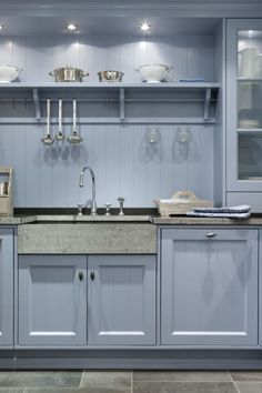 country kitchen with antiques colors bleu and grey Kitchen Cabinet Colors, Kitchen Layout, Kitchen Colors, Kitchen Design, Kitchen Cabinets, Blue Cabinets, Rustic Kitchen, Country Kitchen, New Kitchen