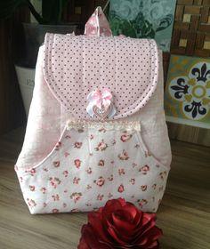 Essa mochilinha é muito delicada é própria para criancinha brincar ou carregar suas bonequinhas, estojinho, coisas pequenas. Foi confeccionada na cor rosa com padrão de ursinho, floral e bolinha, a…