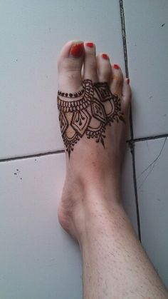 Simple foot design henna or mehendi Henna Designs Feet, Henna Designs Easy, Beautiful Henna Designs, Henna Tattoo Designs, Mehndi Tattoo, Henna Ink, Henna Body Art, Arte Mehndi, Mehndi Art