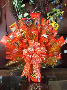 Learn how to make candy bouquets – Candy Bouquet Designs books. Start Candy Bouquet and Gift Basket Business or Do it for a hobby! Man Bouquet, Gift Bouquet, Valentine Day Cupcakes, Valentines Gifts For Him, Candy Art, Candy Crafts, Candy Bar Bouquet, Candy Boquets, Candy Arrangements