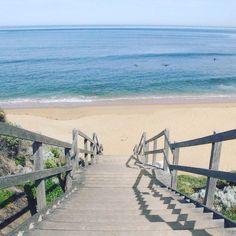 Nossa primeira parada na Great Ocean Road foi na Bells Beach uma praia famosa por ter altas ondas!  Essa é uma das vantangens de viajar de motorhome! Vemos um cantinho bonito como esse e paramos curtimos uma praia almoçamos com uma linda vista tomamos um banho e seguimos pela estrada! #falandodeviagem #australia #greatoceanroad #bellsbeach #roadtrip #motorhome #praia #paraiso #vamosconheceromundo by falandodeviagem