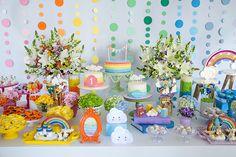 A Jazz Assessoria preparou o primeiro aninho da Beatriz. A decoração com tema arco-íris ficou uma graça e contou com peças decorativas da Pop Mobile