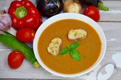Un velouté de légumes gorgés de soleil à déguster bien frais lors des chaudes journées d'été. Ingrédients pour 4-6 personnes : 1 grosse aubergine 2 courgettes 4 tomates 1 poivron rouge 1 oignon 3 gousses d'ail 1 petit bouquet de basilic 2 cuill. à soupe...