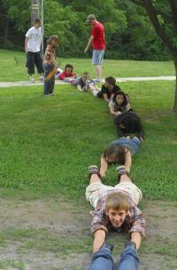Practica haciendo cadenas humanas: Tener una mentira jugador en el suelo, los brazos y las piernas totalmente estirado. Coloque un compañero de equipo detrás de ellos, en la misma pose, pero con las dos manos tocando el lugar del primer jugador. Mantenga la adición de los compañeros de equipo hasta que se acabe. Si se hace correctamente, los dos equipos han hecho cadenas humanas separadas. http://www.appelfarmartscamp.org/blog/introduction-golf-ball
